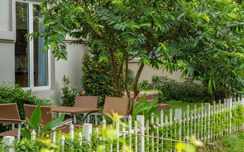 Một góc vườn tại biệt thự Vinhomes Riverside, nơi gia đình có thể uống cà phê hay thư giãn.