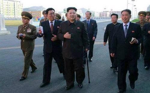 Ảnh ông Kim Jong Un tái xuất với cây gậy trên tay - Ảnh: Rodong Sinmun