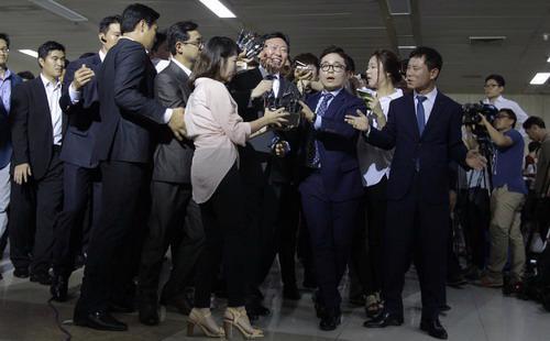 Ông Shin Dong Bin (giữa), con trai thứ của cựu chủ tịch tập đoàn Lotte - Ảnh: New York Times.