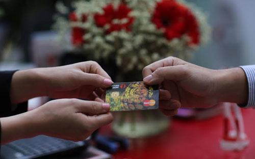 """Maritime Bank đang triển khai chương trình khuyến mãi """"Mở thẻ mới, hoàn  tiền tới 100%"""" cho khách hàng mở mới thẻ tín dụng Maritime Bank  Mastercard."""