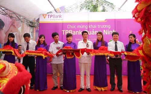 Đại diện Ngân hàng Nhà nước chi nhánh Quảng Ninh, UBND thành phố Hạ Long  và ông Nguyễn Hưng - Tổng giám đốc TPBank cắt băng khai truơng.