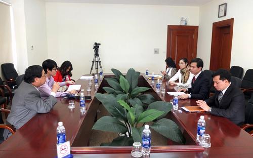 Ông Nguyễn Phú Bình, Phó tổng biên tập Thời báo Kinh tế việt Nam đang làm việc với lãnh đạo tập đoàn Nam Cường.
