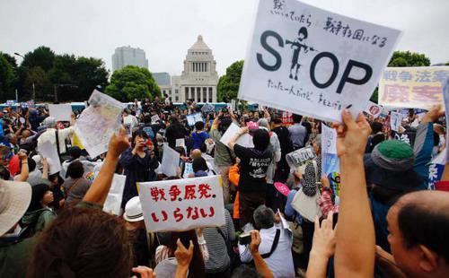 Số lượng các bà mẹ Nhật và sinh viên, đối tượng xưa nay được xếp vào nhóm thờ ơ với các vấn đề chính trị, lên tiếng phản đối dự thảo chính sách quốc phòng ngày một nhiều hơn - Ảnh US News.<br>