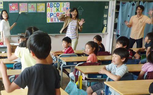 Các giờ học ở trường tiểu học thường rất sôi nổi với sự tham gia chủ yếu của học sinh, giáo viên chỉ giữ vai trò hướng dẫn - Ảnh: Japan Times.