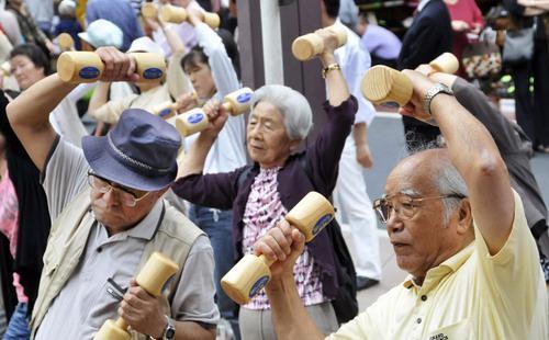 Trong 10 năm tới, Tokyo dự kiến sẽ có khoảng 1,75 triệu người trên 75 tuổi. Và không giống như người già ở các tỉnh khác, 25% người già Tokyo sống một mình, không có ai chăm sóc.<br>
