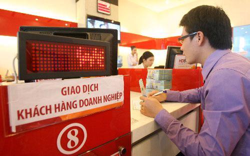Khách hàng giao dịch tại HDBank.<br>