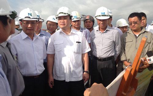 Phó thủ tướng Hoàng Trung Hải trực tiếp nghe đại diện chủ đầu tư lý giải vì sao không xây cầu vượt qua tỉnh lộ 199 của Hưng Yên.<br>