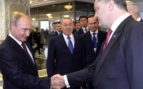 Tổng thống Nga Vladimir Putin (trái) và Tổng thống Ukraine Petro Poroshenko trong một lần gặp gỡ.<br>