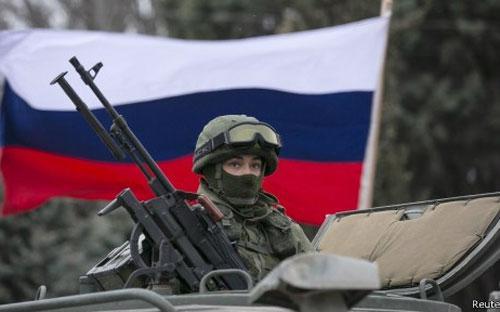 Rủi ro kinh tế đầu tiên mà Nga có thể phải hứng chịu là đồng Rúp vốn dĩ đang yếu có thể mất giá mạnh thêm - Ảnh: Reuters.<br>