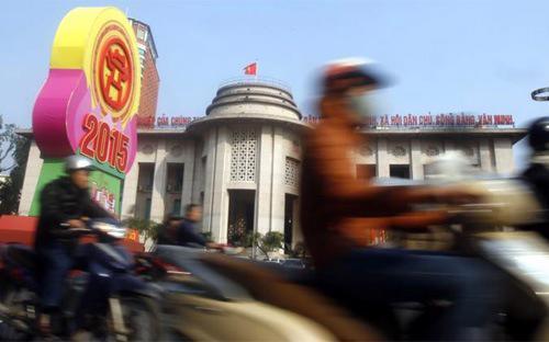 HSBC vẫn kỳ vọng trong năm nay Ngân hàng Nhà nước sẽ không phá giá tỷ giá  USD/VND thêm một lần nữa và duy trì mức tỷ giá dự báo ở  21.750 VND vào cuối năm - Ảnh: Reuters.<br>
