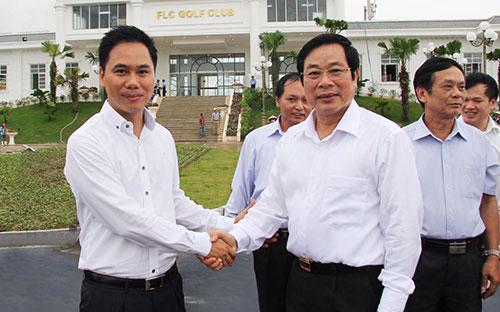 Bộ trưởng Nguyễn Bắc Son chúc mừng FLC đã có được những thành công bước đầu đối với dự án Sầm Sơn FLC.<br>