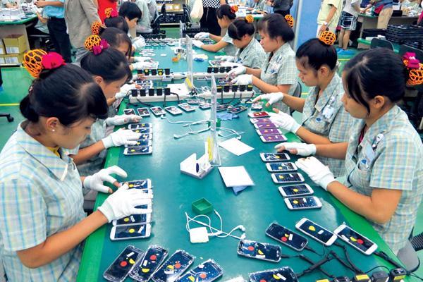 Bên trong nhà máy sản xuất điện thoại của Samsung.<br>