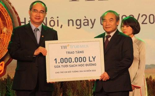 Chủ tịch Ủy ban Mặt trận Tổ Quốc Việt Nam Nguyễn Thiện Nhân (trái) trao tương trưng 1 triệu ly sữa học đường của TH True Milk cho đại diện Bộ Giáo dục và Đào tạo.<br>