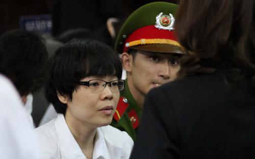 Bị cáo Huỳnh Thị Huyền Như trao đổi với luật sư của mình tại phiên tòa - Ảnh: Tuổi Trẻ.<br>