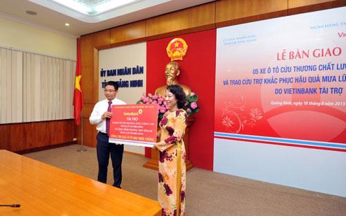 Bà Vũ Thị Thu Thủy - Phó chủ tịch UBND tỉnh Quảng Ninh nhận số tiền hỗ trợ từ phía ngân hàng VietinBank.