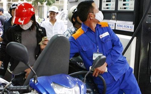 Theo tính toán của liên bộ Tài chính - Công Thương, giá bán lẻ xăng đang  thấp hơn 435 đồng/lít so với giá cơ sở, giá bán dầu hỏa và dầu madut  thấp hơn giá cơ sở lần lượt 445 đồng/lít và 199 đồng/kg.