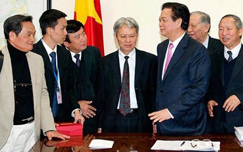 Thủ tướng Nguyễn Tấn Dũng trao đổi với các chuyên gia kinh tế chiều 22/1.<br>