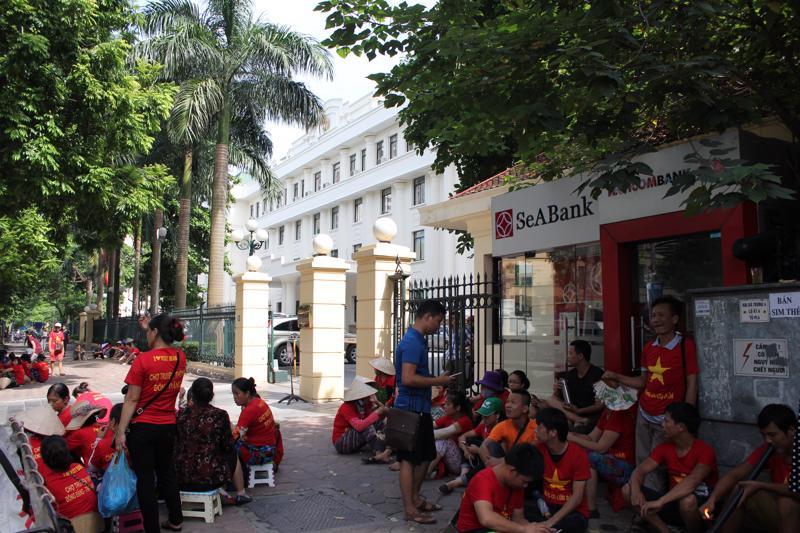 Tiểu thương chợ Đồng Đăng kéo về trụ sở Bộ Công Thương sáng 11/8.