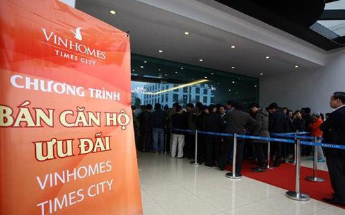 Hàng chục khách hàng đã phải xếp hàng đăng ký mua căn hộ Times City của Vingroup, sau khi doanh nghiệp này mở bán trở lại vào ngày 17/3.<br>