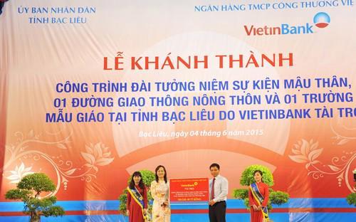 Chủ tịch Hội đồng Quản trị VietinBank Nguyễn Văn Thắng trao tài trợ cho tỉnh Bạc Liêu.