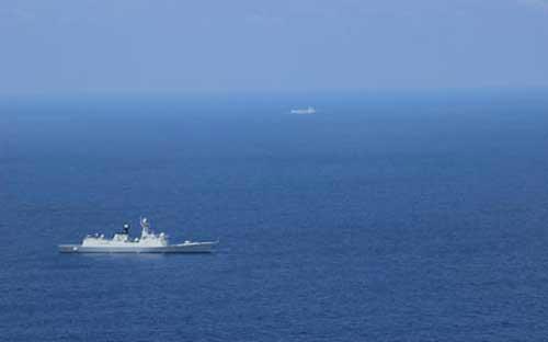 Hình ảnh hai tàu chiến Trung Quốc hoạt động ở biển Đông được trực thăng MH-60 ghi lại - Ảnh: US Navy.<br>