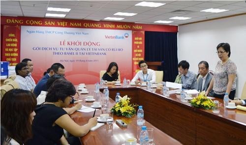 Bà Bùi Như Ý, Phó tổng giám đốc VietinBank phát biểu tại lễ khởi động.