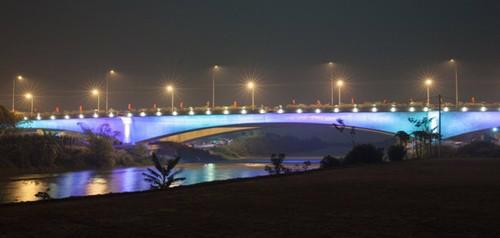 Hiệu ứng đổi màu trên thân cầu Bắc Hưng Hải.