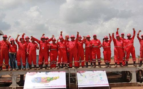 Cán bộ, công nhân trong liên doanh vui mừng trong ngày đón dòng dầu đầu tiên tại mỏ Junin 2 hồi tháng 9/2012.<br>