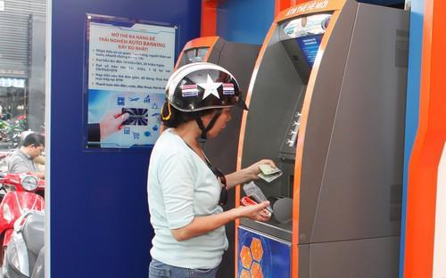 Với Auto Banking do DongA Bank cung cấp, chủ thẻ ATM không chỉ sử dụng  thẻ để rút tiền (hạn mức 10 triệu đồng/lần), mà còn có thể  nạp tiền trực tiếp báo có ngay tại máy ATM thế hệ mới.