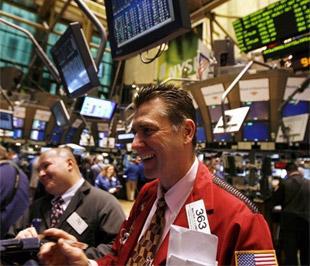 Đà tăng của các chỉ số chứng khoán được nâng đỡ trong cả ngày giao dịch và chỉ số Dow Jones chính thức vượt qua ngưỡng 9.000 điểm - Ảnh: Reuters.