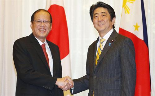 Thủ tướng Nhật Bản Shinzo Abe (phải) và Tổng thống Philippines Benigno Aquino trong một cuộc gặp vào năm 2014 - Ảnh: Kyodo.<br>