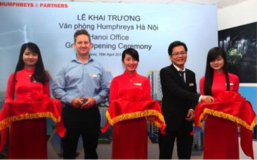 Ông Jonathan Delcambre, Phó chủ tịch công ty thiết kế HPA (bên trái) và  ông Nguyễn Việt Thắng, Tổng giám đốc Công ty HPA Việt Nam (bên  phải) cắt băng khai trương.