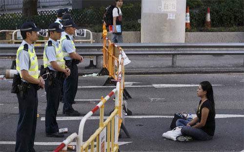 Hàng rào do người biểu tình dựng lên trên một đường phố ở Hồng Kông ngày 13/10 - Ảnh: EPA.<br>