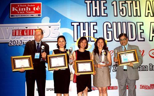 Bà Nguyễn Thị Thu Nguyệt (Thứ 2, từ phải sang trái), đại diện Công ty  Cổ phần Khách sạn và Dịch vụ Đại Dương (OCH) đón nhận cúp và chứng nhận  giải thưởng The Guide Awards 2013-2014.<br>