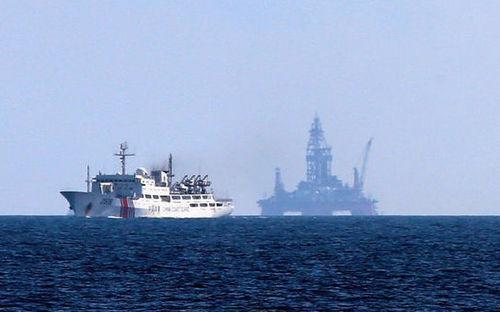 Tàu Trung Quốc di chuyển phía trước một giàn khoan trên biển Đông năm 2014 - Ảnh: Asahi Shimbun.