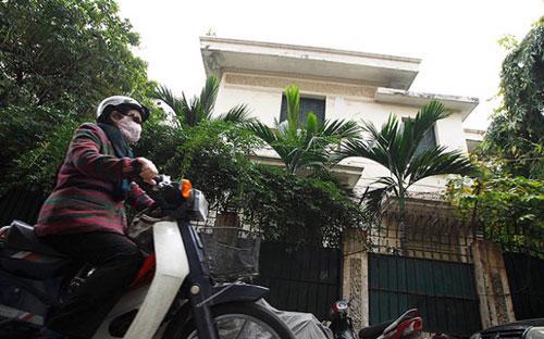 Biệt thự 12 Nguyễn Chế Nghĩa hiện đang được ông Hoàng Văn Nghiên giao cho gia đình con trai đang sinh sống.<br>