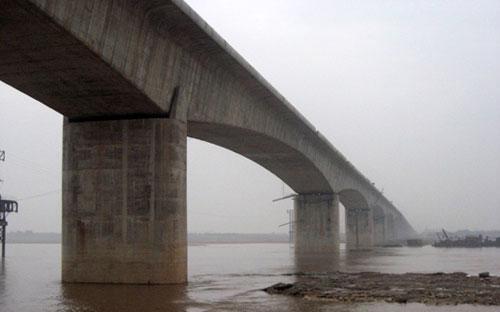 """Theo đánh giá của Bộ trưởng Bộ Xây dựng Trịnh Đình Dũng, vết nứt tại trụ cầu Vĩnh Tuy là """"khá nghiêm trọng"""".<br>"""