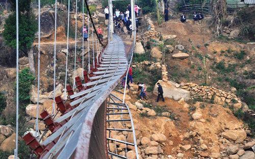 Vụ sập cầu treo Chu Va 6 sáng ngày 24/2 đã khiến 9 người chết, 38 người bị thương.<br>