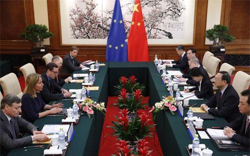 Các quan chức EU và Trung Quốc trong một cuộc gặp ở Bắc Kinh - Ảnh: EPA.<br>