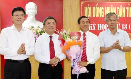 Lãnh đạo Hà Tỉnh chúc mừng ông Lê Đình Sơn (người cầm hoa).
