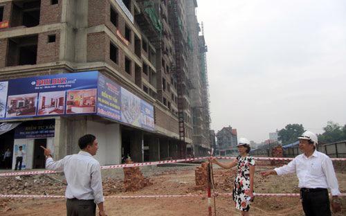 Hà Nội hiện còn tồn 6.580 căn chung cư và thấp tầng, tương đương với  12.900 tỷ đồng, trong khi tại Tp.  HCM lên tới hơn 17.400 tỷ đồng.<br>