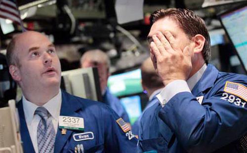 Cổ phiếu nhóm ngành năng lượng hạ 3,11%; cổ phiếu các công ty kinh doanh hàng hóa giảm 2,75% - Ảnh: Reuters.<br>