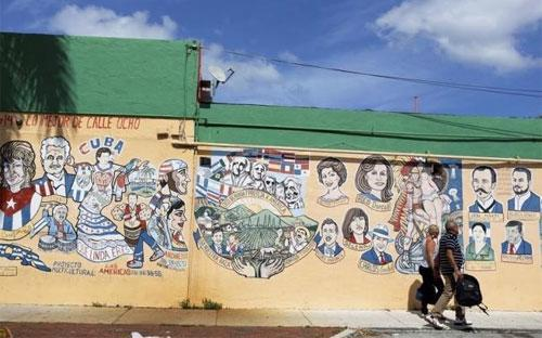 Những bức vẽ mang phong cách Cuba ở khu Little Havana, Miami, bang Florida, Mỹ - Ảnh: Reuters.<br>