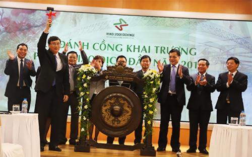 Chủ tịch Ủy ban Chứng khoán đánh cồng khai trương phiên giao dịch đầu năm 2015 tại Sở Giao dịch Chứng khoán Hà Nội.