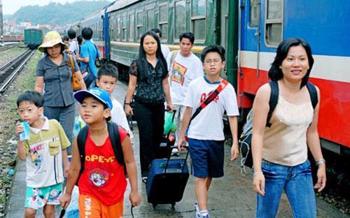 Nghị định quy định miễn vé áp dụng cho trẻ em dưới 6 tuổi đi cùng người lớn.