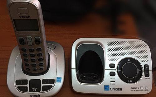 """Một mẫu điện thoại """"mẹ bồng con"""" không được sử dụng tại Việt Nam."""