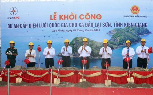Thủ tướng Nguyễn Tấn Dũng cùng lãnh đạo các bộ, ngành, địa phương và chủ đầu tư thực hiện lễ khởi công dự án ngày 4/9.<br>