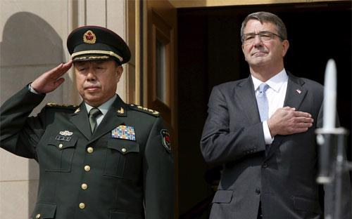 Tướng Trung Quốc Phạm Trường Long (trái) và Bộ trưởng Bộ Quốc phòng Mỹ Ash Carter - Ảnh: Reuters.<br>
