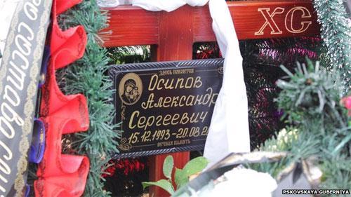 Bia mộ của một binh sỹ ở Pskov. Tấm bia này đã bị gỡ bỏ sau khi các nhà báo tới nghĩa trang - Ảnh: BBC.<br>