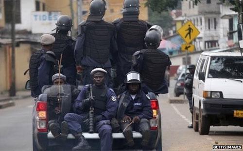 Cảnh sát Liberia thực thi quyết định thành lập khu vực cách ly Ebola ở thủ đô Monrovia.<br>